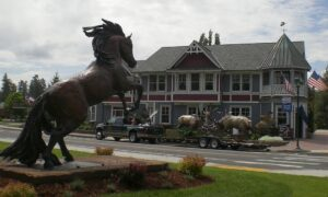 Sisters Oregon main street with Mustang sculpture